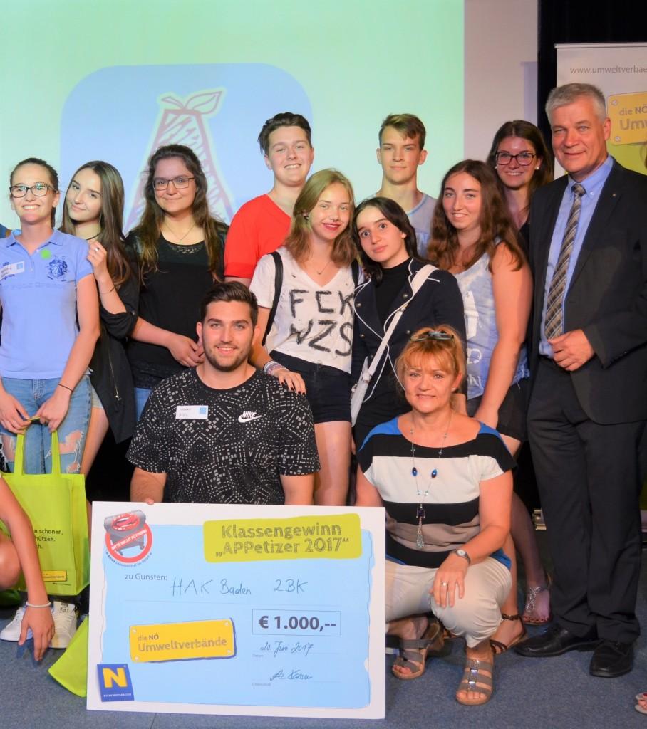 Sieger Thomas Bigl (Mitte) mit seiner Schulklasse der HAK Baden und Anton Kasser, Präsident der NÖ Umweltverbände (rechts) Foto: NÖ Umweltverbände