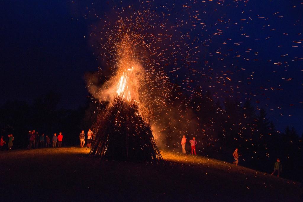 """Die Feuerstellen bei """"Feuer am Berg"""" werden um 22 Uhr entzündet. Foto: dphoto.at, Dominik Stixenberger"""
