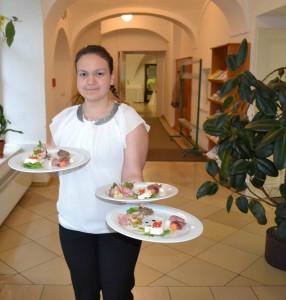 Schülerin Hintersteiner Romana serviert die Vorspeise Foto: Privat