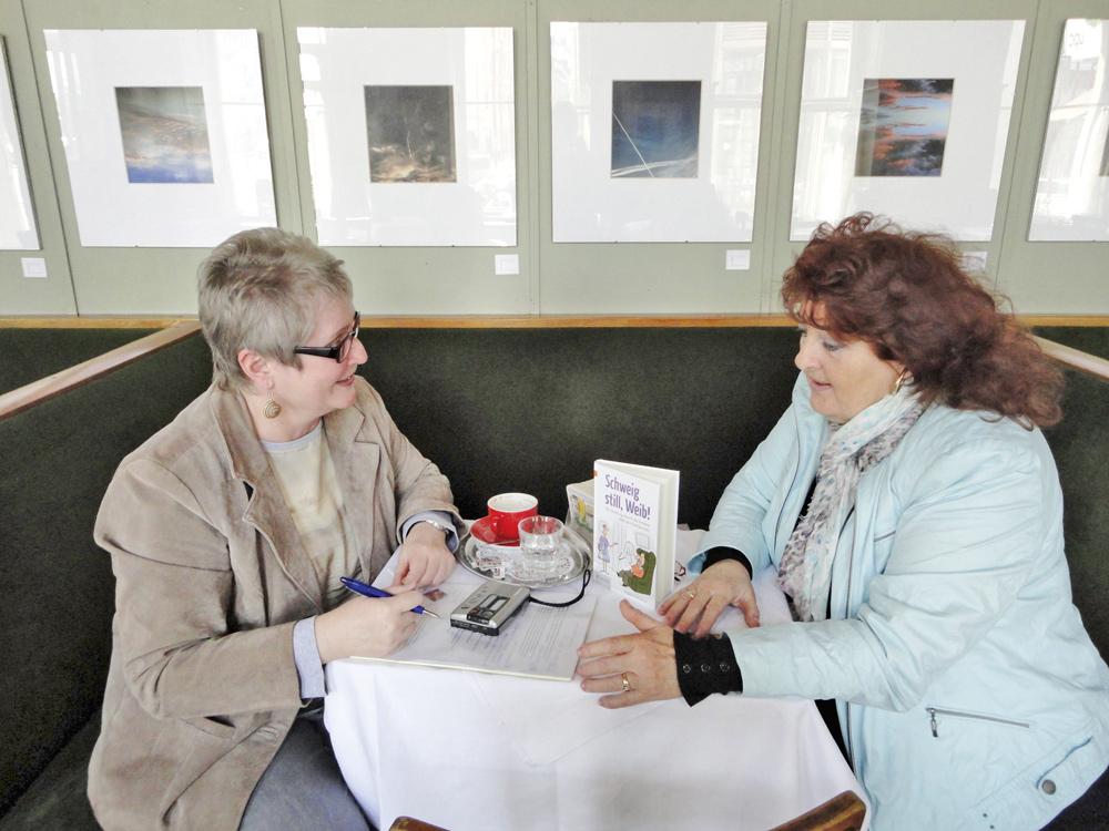 """Ingrid Schramm im Gespräch mit dem momag: """"Ich nehme mir sicher kein Blatt vor den Mund, schließlich muss doch endlich einmal angesprochen werden was Sache ist."""" Foto: Doris Schleifer-Höderl"""